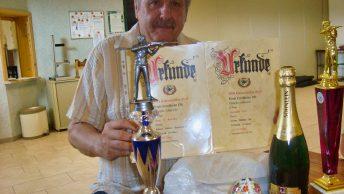 Schiesswart Heiner Trautner mit Pokalen, Urkunden und Sachpreisen