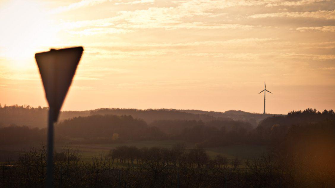 Das Windrad in Kasberg im Sonnenuntergang