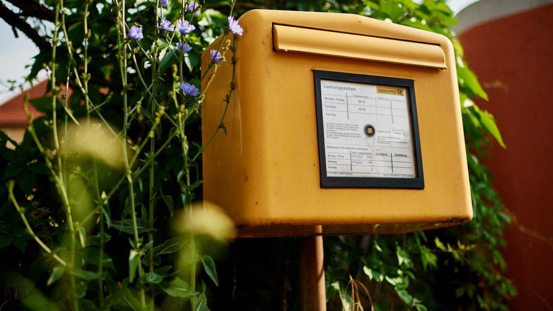 Briefkasten an der Bushaltestelle in Walkersbrunn