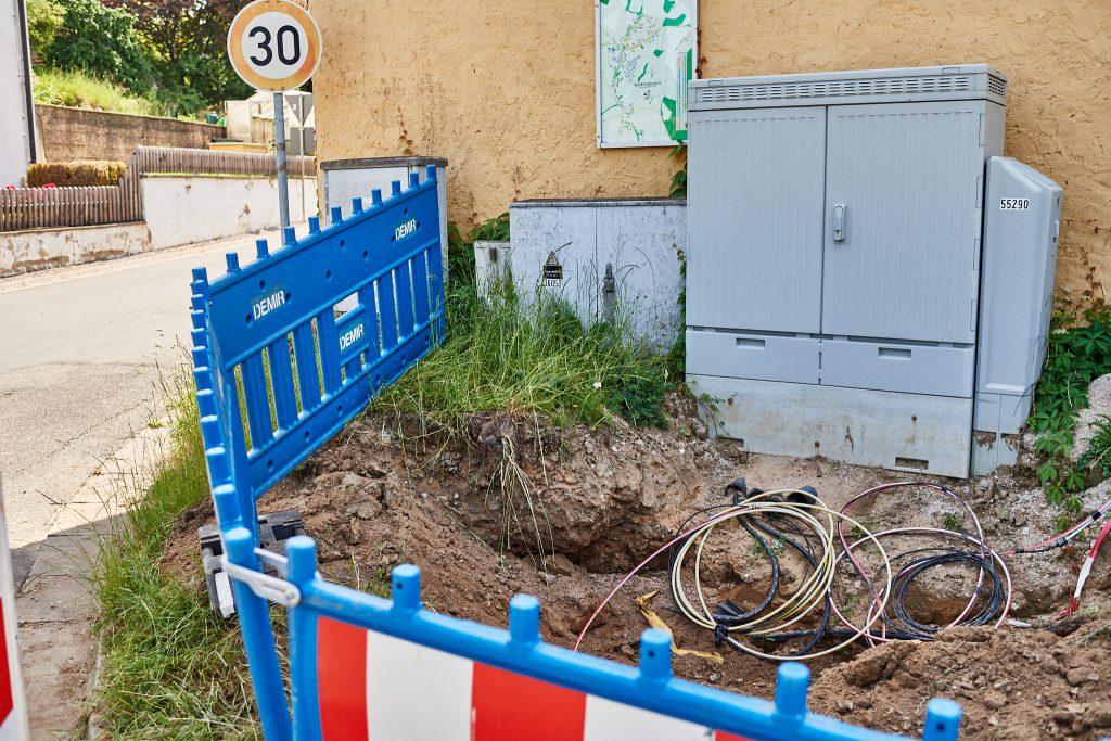 Straßenbaustelle zur Optimierung der Infrastruktur in Walkersbrunn