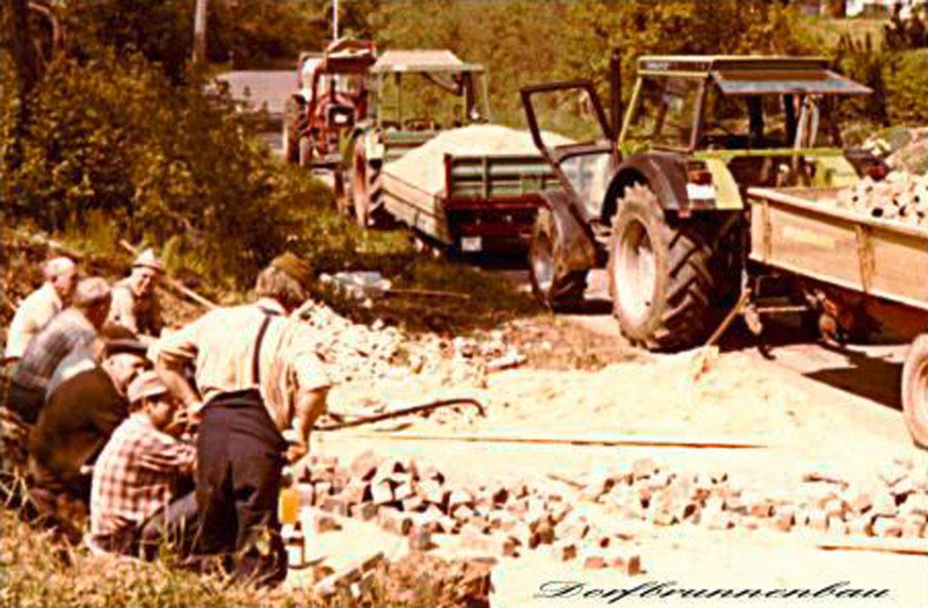 Pflasterarbeiten beim Brunnenbau