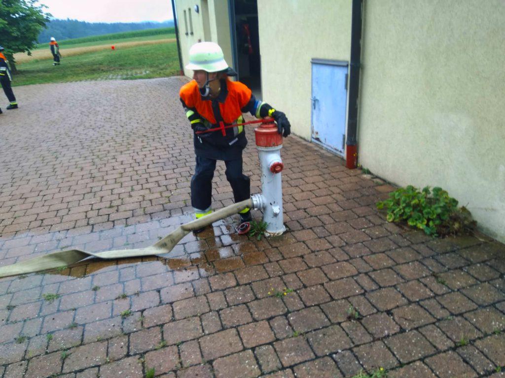 Susanne dreht den Hydranten auf