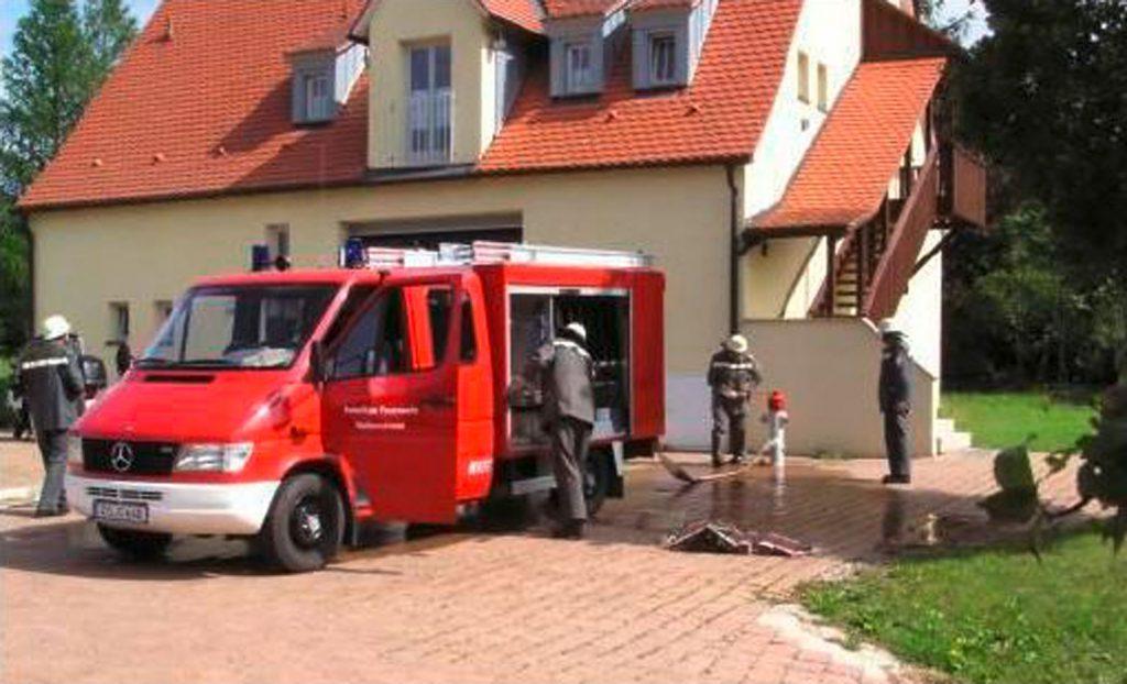 Das neue Walkersbrunner Feuerwehrauto vor dem Feuerwehrhaus