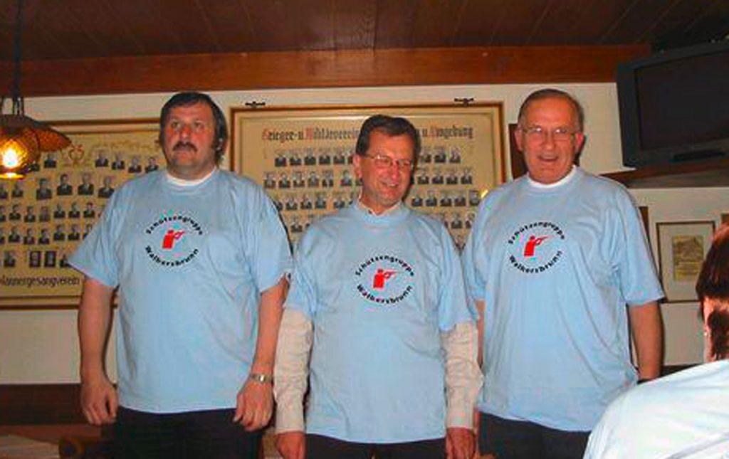 von links: Schießwart Heinz Trautner, Sponsor Friedrich Strehl, Vorstand Dettmar Kühlcke bei der Präsentation der neuen T-Shirts