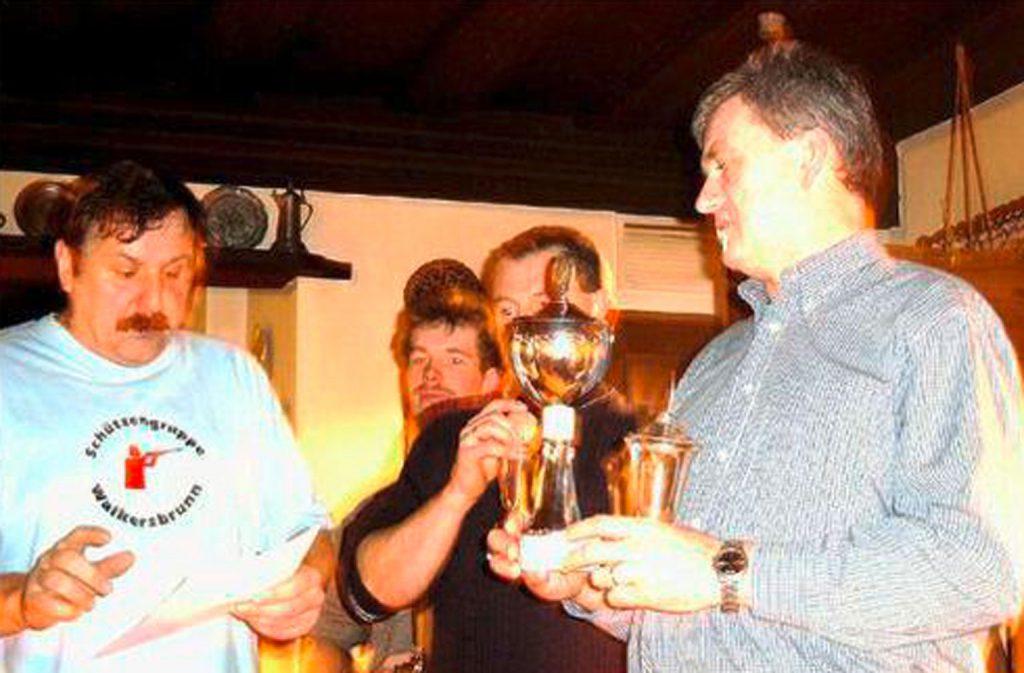 Schießwart Heinz Trautner bei der Pokalübergabe anlässlich des Vergleichs- Schießen der Walkersbrunner Ortsvereine im November 2002