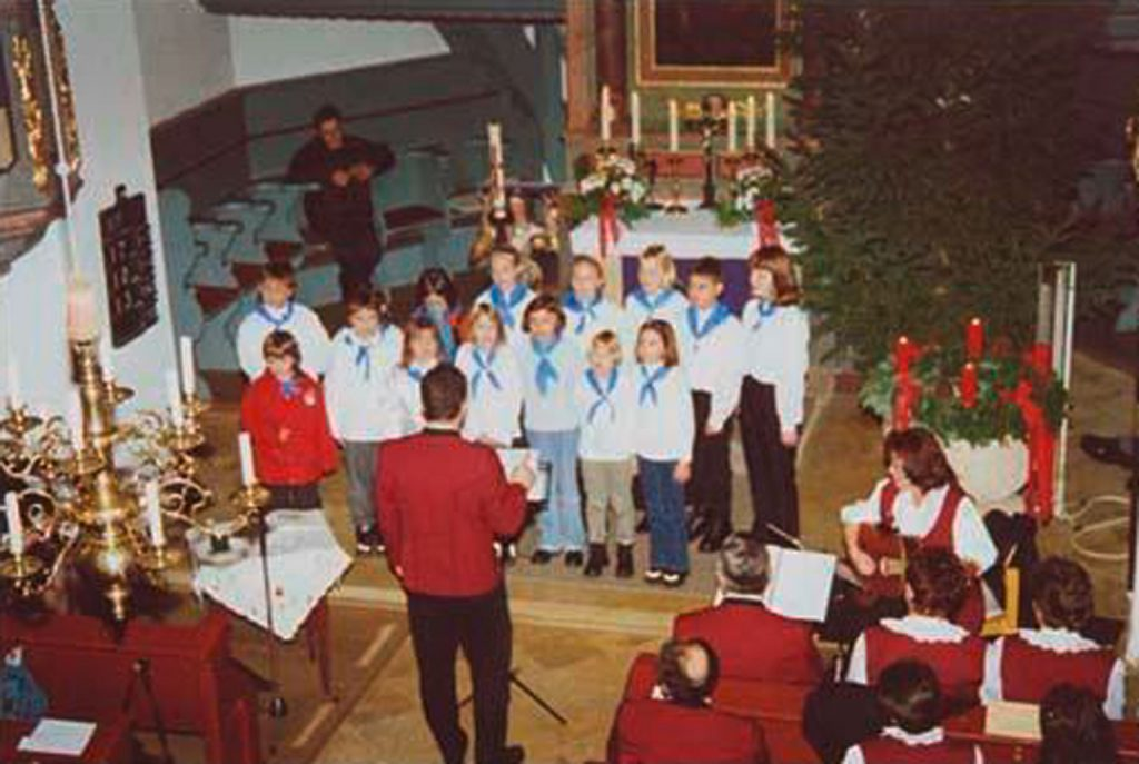 Der Jugendchor beim Auftritt Weihnachten 2000