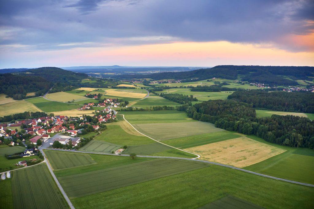 Ein Blick auf Walkersbrunn (links) und das Obere Schwabachtal