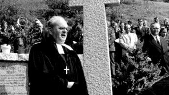 Einweihung des Kriegerdenkmals durch Dekan Ackermann am 1. Mai 1957