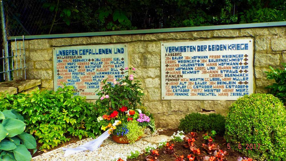 Die Gedanktafeln am Kriegerdenkmal in Walkersbrunn