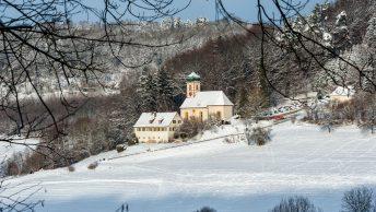 Die Kirche zu den Heiligen Gräbern in Walkersbrunn mit Schnee