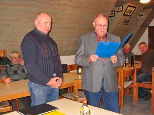 Hans Ebenhack (links im Bild) bei der Auszeichnung durch Wolfgang Pohl