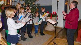 """Die jüngsten Mitwirkenden waren die Schnirkelschnecken, der Kinderchor des Gesangvereins. Sie glänzten mit """"Immer wenn es Weihnacht wird"""" und """"Engel lassen laut erschallen"""" einem Adventslied aus Frankreich. (Foto: Martin Erlwein)"""