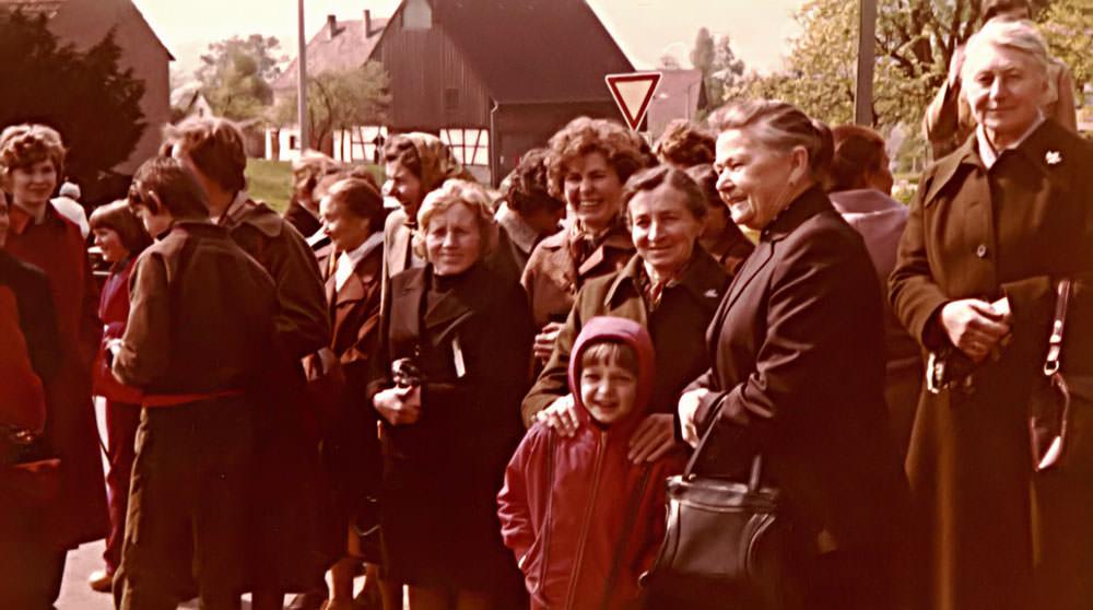 Zuschauer bei der Dorfbrunneneinweihung 1981 in Walkersbrunn