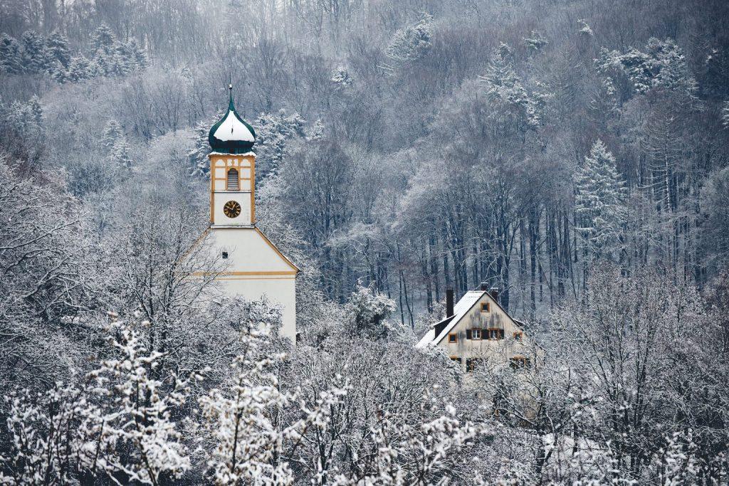 Kirche zu den heiligen Gräbern und das alte Schulhaus in Walkersbrunn